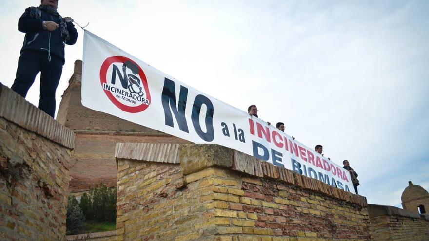 Acción de protesta contra la instalación de una planta de biomasa en Monzón.