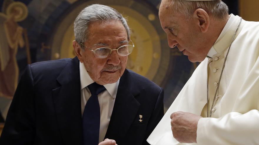 Fotografía tomada durante la reunión de Raúl Castro con el papa Francisco en el Vaticano. / AP Photo - Gregorio Borgia