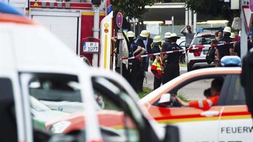 Numerosos agentes de la policía y ambulancias rodean la entrada del centro comercial donde se ha producido un tiroteo en Múnich, Alemania. EFE