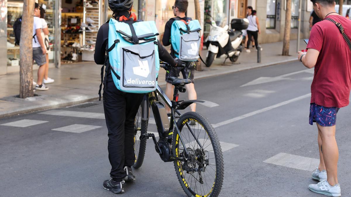 Imagen de archivo de repartidores con la mochila de Deliveroo.