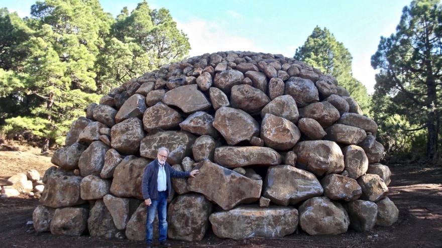 Facundo Fierro en un amontonamiento de piedras de Los Lisianes.