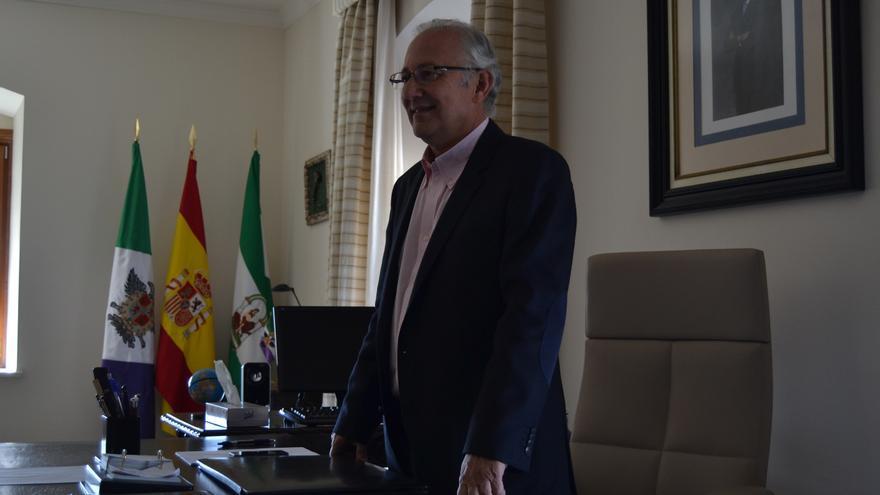 Martín Serón posa para los medios en el despacho de alcalde