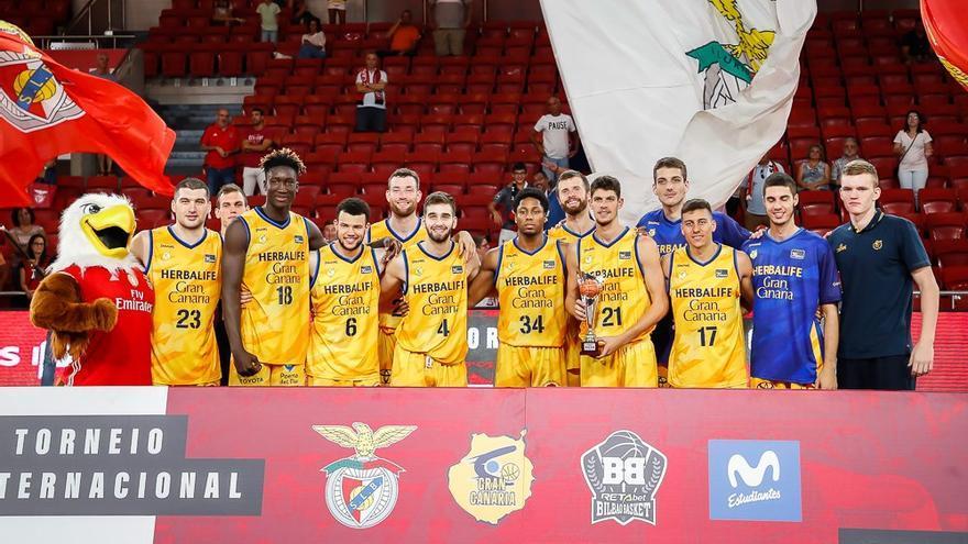 Los jugadores del Gran Canaria luciendo el trofeo conquistado en Lisboa.