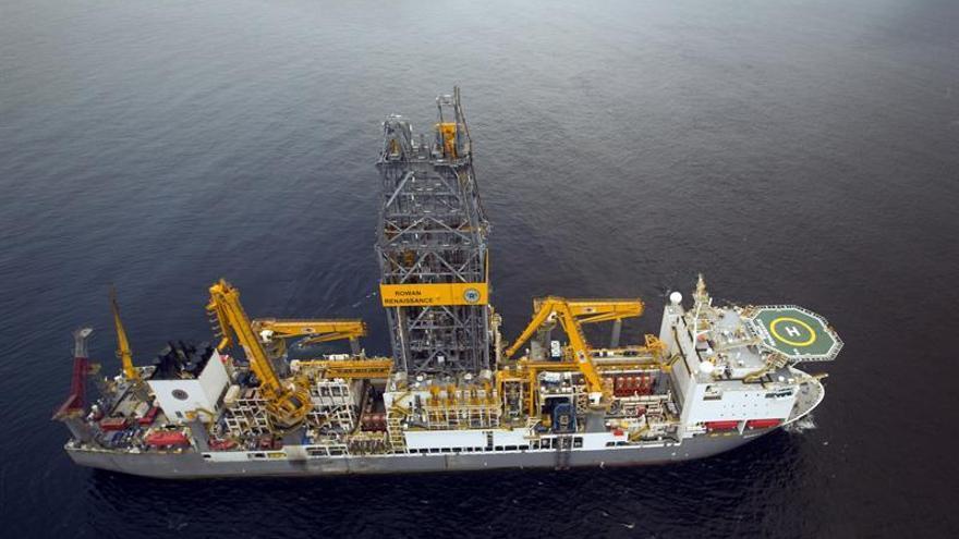 Foto facilitada por Repsol del 'Rowan Renaissance', el buque que utilizaba para las prospecciones petrolíferas en aguas próximas a Canarias.