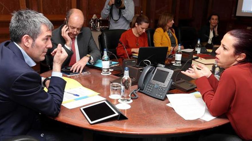 El presidente del Gobierno de Canarias, Fernando Clavijo (i), y la vicepresidenta, Patricia Hernández (d), conversan durante la reunión del consejo de gobierno. EFE/Elvira Urquijo A.