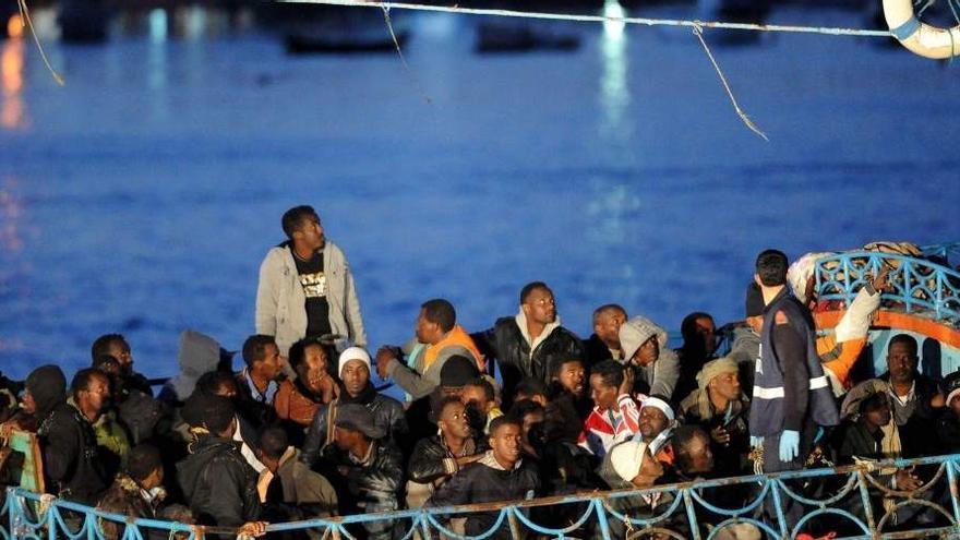 Imagen de archivo de inmigrantes africanos llegando a Lampedusa (EFE)