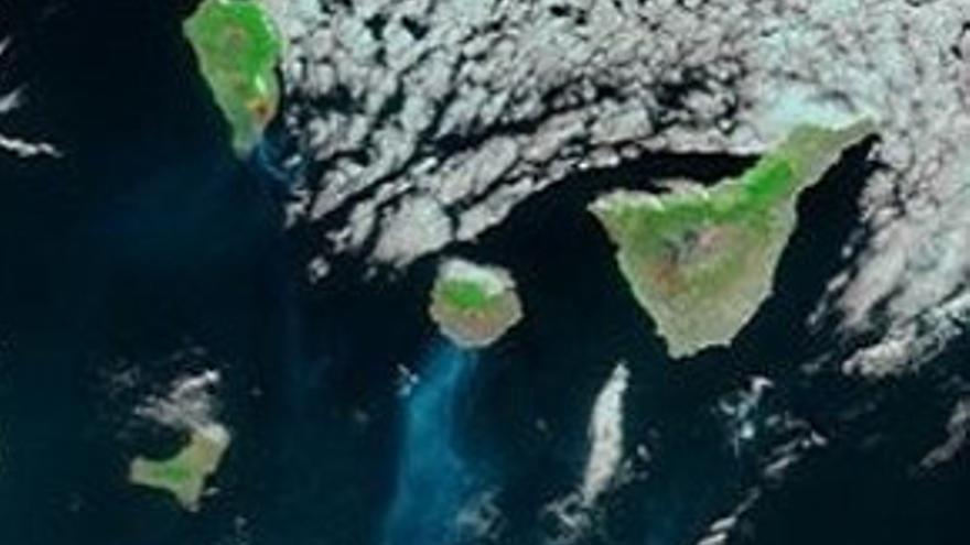 Imagen por satélite en la que puede apreciarse el humo de los incendios.