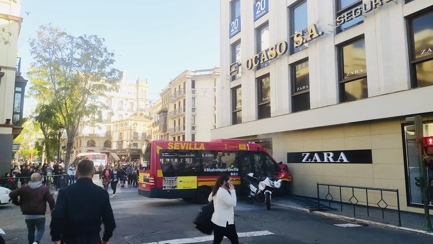 Nueve heridos tras una colisión de un autobús de Tussam contra un escaparate en la Plaza del Duque