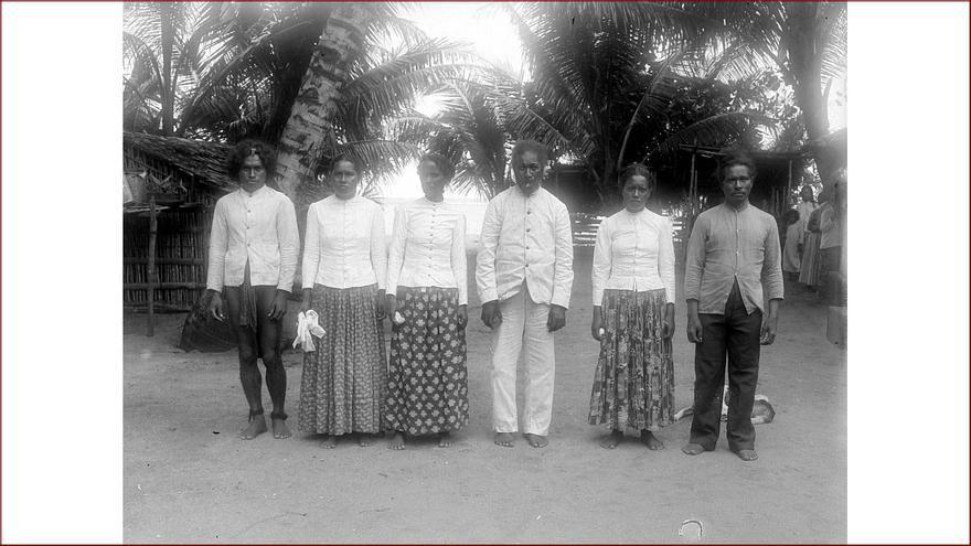 Habitantes de la isla de Mapia (antes Güedes) fotografiados en 1903 por una expedición holandesa.