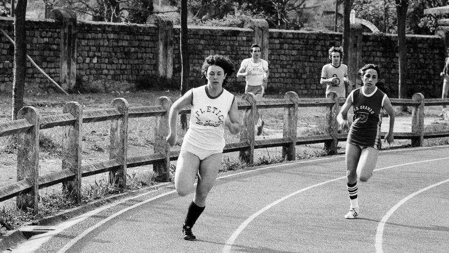 Maddalen Iriarte, de blanco, en una competición de atletismo
