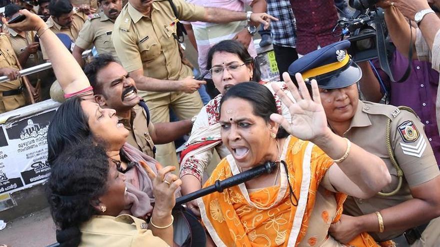Un muerto y huelga general tras la entrada de dos mujeres a un templo sagrado indio