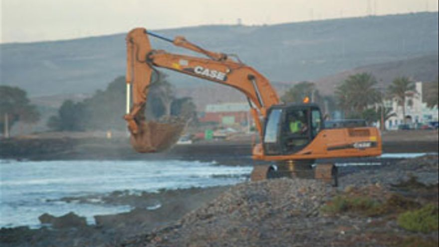 Extracción de callaos en la costa de Castillo del Romeral. (ACFI PRESS)