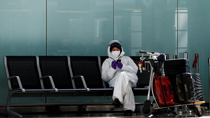 Una pasajera consulta su dispositivo móvil en la terminal T1 del aeropuerto de Barcelona-El Prat.