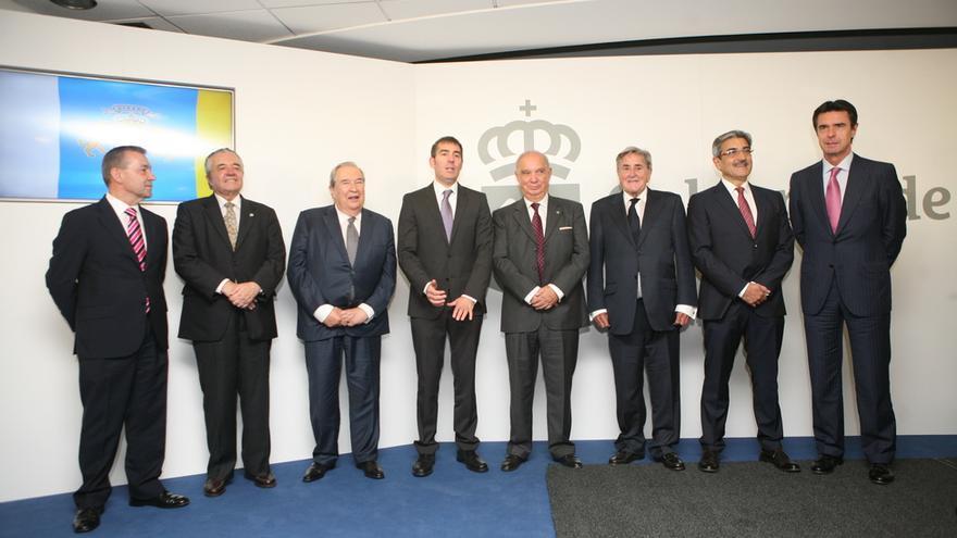 Rivero, Olarte, Saavedra, Clavijo, Fernández, Hermoso, Rodríguez y Soria en la toma de posesión de Clavijo (ALEJANDRO RAMOS)