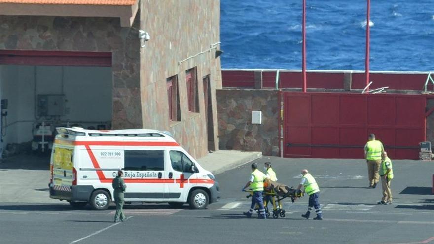 Un grupo de ocho inmigrantes que viajaban a bordo de una patera localizada a unos 800 kilómetros al sur de El Hierro ha llegado al aeropuerto de la isla, donde han sido atendidos por los servicios sanitarios