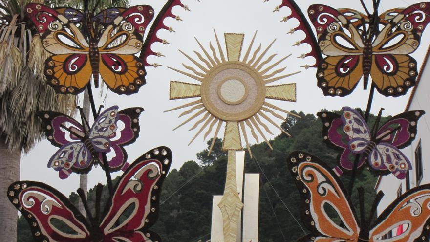 Los vecinos de Villa de Mazo exhiben sus efímeras obras con orgullo.