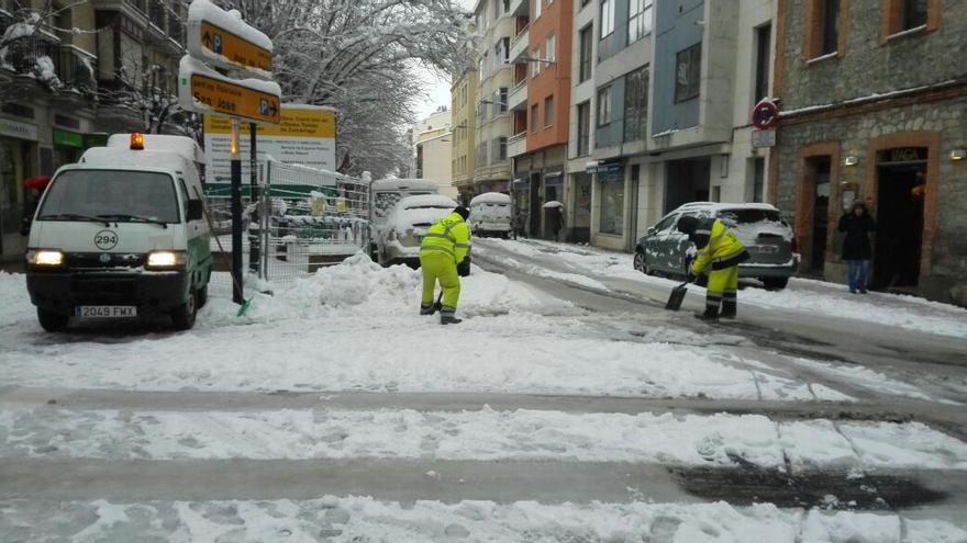 Personal de limpieza actúa en Vitoria-Gasteiz.