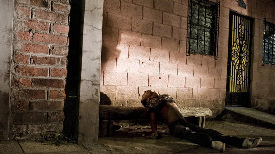 Un joven asesinado mientras jugaba a cartas en el barrio Lourdes de San Salvador. El 75% de los homicidios del país se realizan con armas de fuego./Edu Ponces (RUIDO Photo)