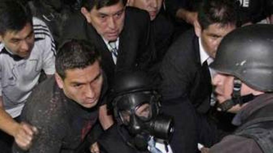 El presidente Rafael Correa tras ser herido por la policía alzada