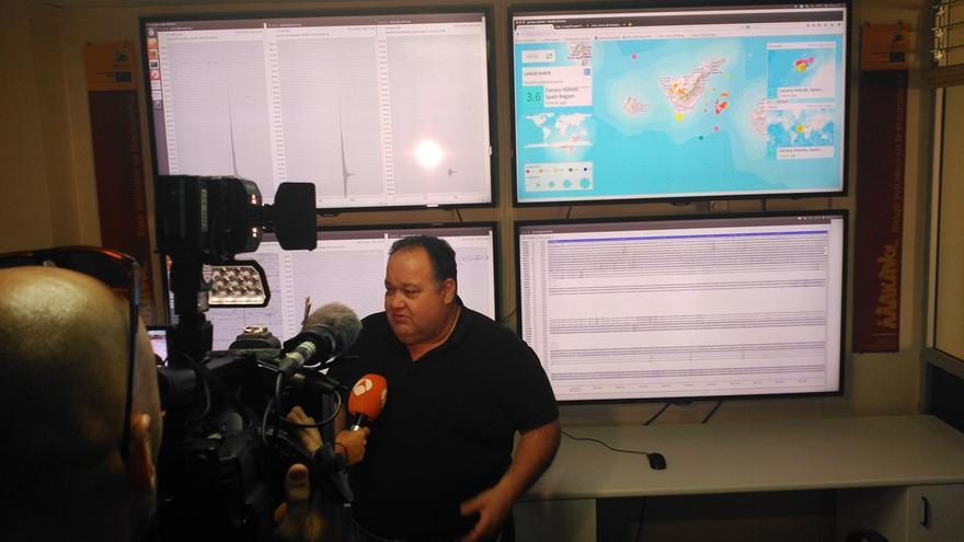 Nemesio Pérez atiende a los medios de comunicación. Foto: INVOLCAN.