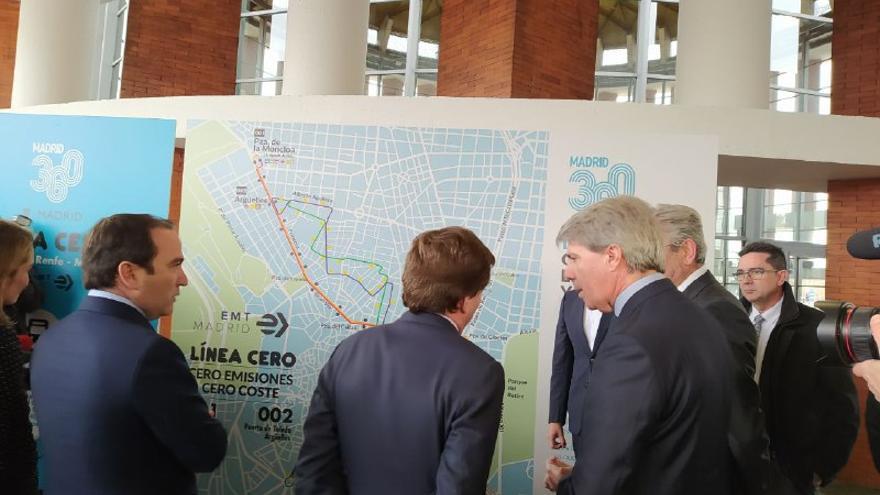 El alcalde de Madrid, de espaldas, con el consejero de Transportes. / SP
