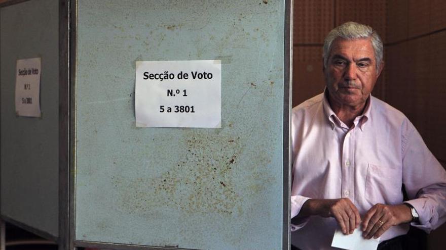 Un hombre se dirige a depositar su voto en un colegio electoral de Lisboa (Portugal).