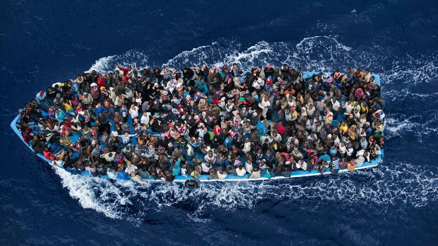 Inmigrantes en un bote tras ser rescatados por una fragata italiana a 20 millas de la costa libia. Massimo Sestiny/Premio World Press Photo