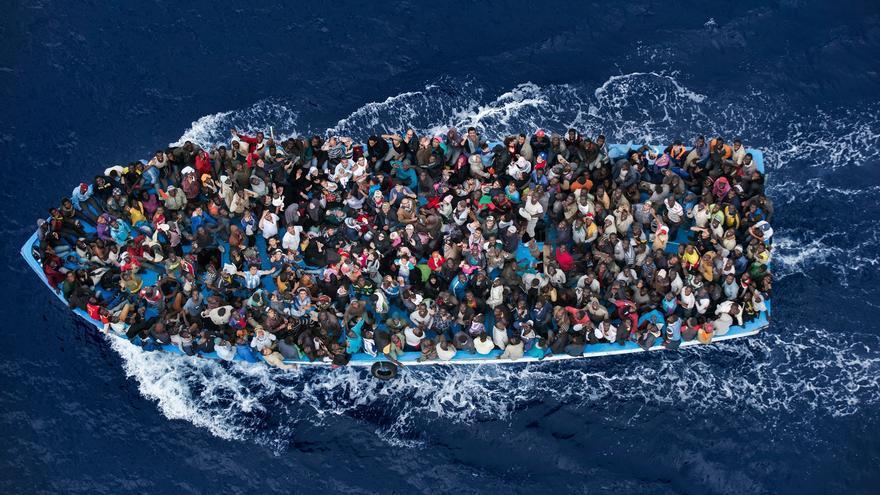Inmigrantes en un bote tras ser rescatados por una fragata italiana a 20 millas de la costa libia. Massimo Sestiny/Premio World Press Photo