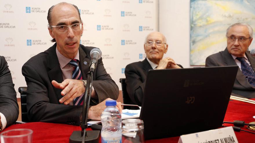 El conselleiro de Sanidade, Jesús Vázquez Almuíña (izquierda), en un acto reciente