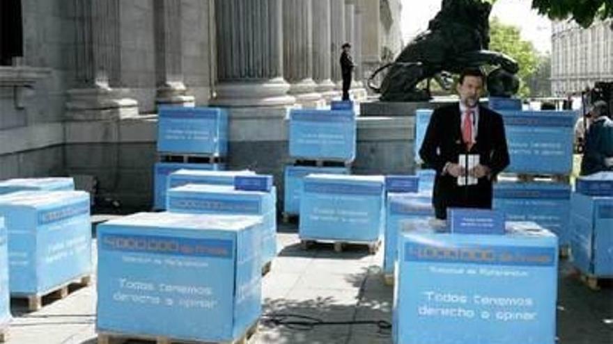 El PP llevó en abril de 2006 al Congreso cuatro millones de firmas a favor de que haya un referéndum en toda España sobre el Estatut de Cataluña.