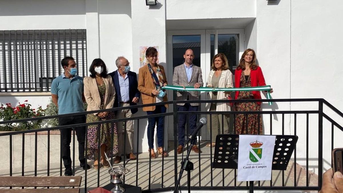 Autoridades en la la inauguración del consultorio de Castil de Campos.