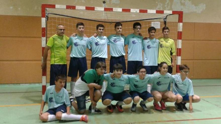 El equipo de Zarzuela del Pinar al completo, con Marta. / escuellar.es