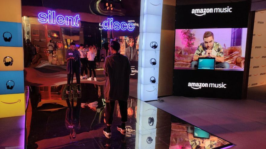 'Silent disco' montada en la 'pop up' de Amazon en el cine de Callao en Madrid por el Black Friday.