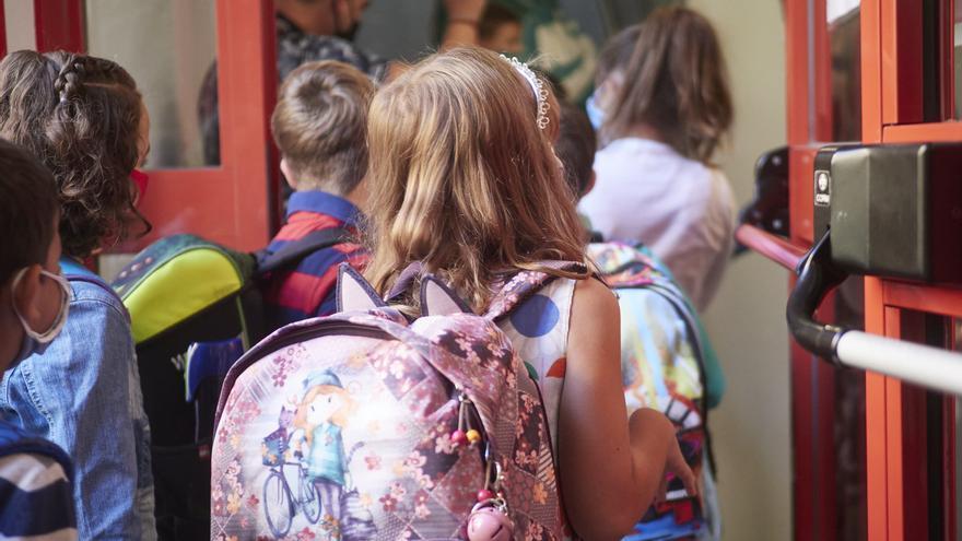 Niños entran al Colegio Público Víctor Pradera en Pamplona
