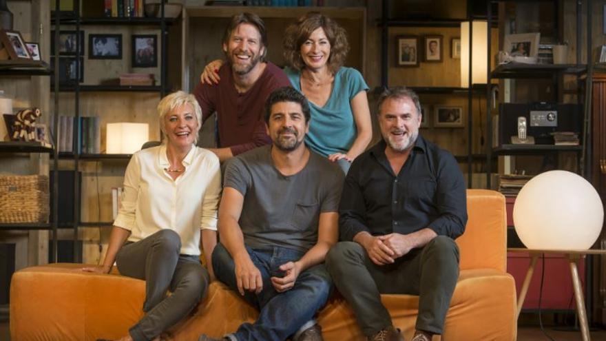 Cesc Gay con el cuarteto de actores de 'Los vecinos de arriba' / David Ruano