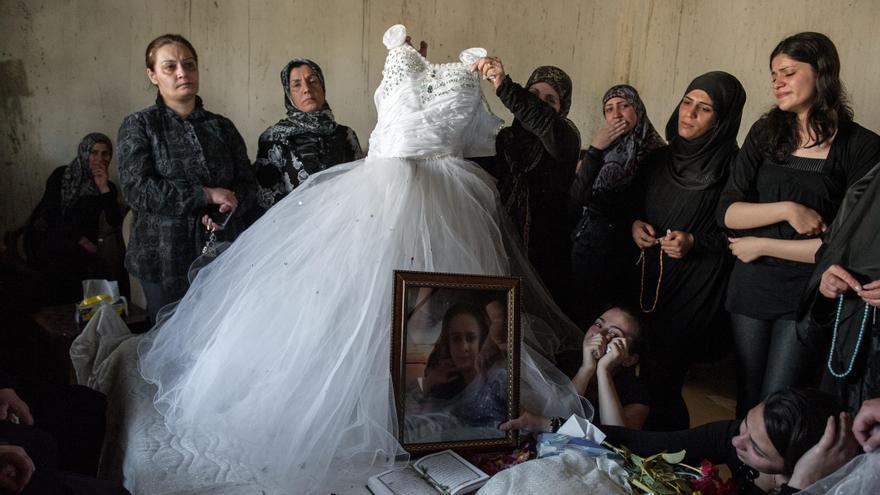 La mujer de la fotografía es Lulu. Tenía 14 años cuando fue alcanzada por un mortero lanzado por la insurgencia siria desde el otro lado de la frontera. Vivía en un poblado libanés en una zona controlada por la milicia chií Hezbolá. A esta zona, cuenta Sancha, han ido a parar las viudas y las víctimas de la guerra. Lulu y su familia no querían abandonar el pueblo porque estaban empeñados en que ella terminase sus estudios.