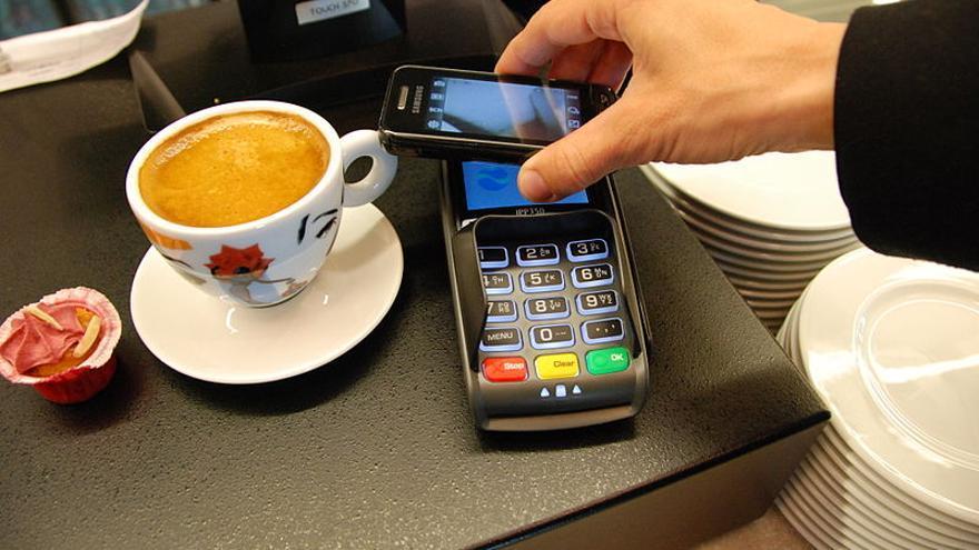 Es posible que un 'smartphone' detecte una tarjeta NFC y transmita la información a otro teléfono