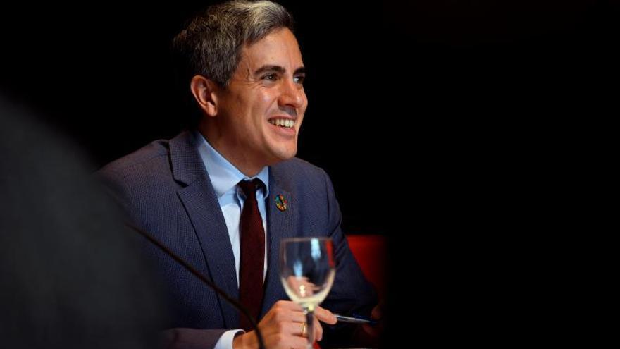 El vicepresidente y consejero de Cultura de Cantabria, Pablo Zuloaga, durante la rueda de prensa este jueves en Santander en la que ha detallado la programación de febrero a junio del Palacio de Festivales  EFE/Pedro Puente Hoyos
