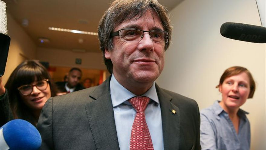 Puigdemont llega al centro de convenciones desde donde evaluará los resultados