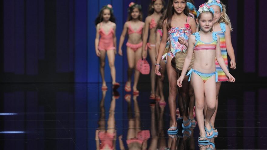 El trópico y la algarabía invaden la pasarela infantil de la Semana de la Moda de Baño de Gran Canaria
