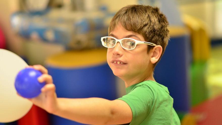 Adrián, el niño al que la Justicia reconoce su derecho a ser escolarizado en un centro ordinario.