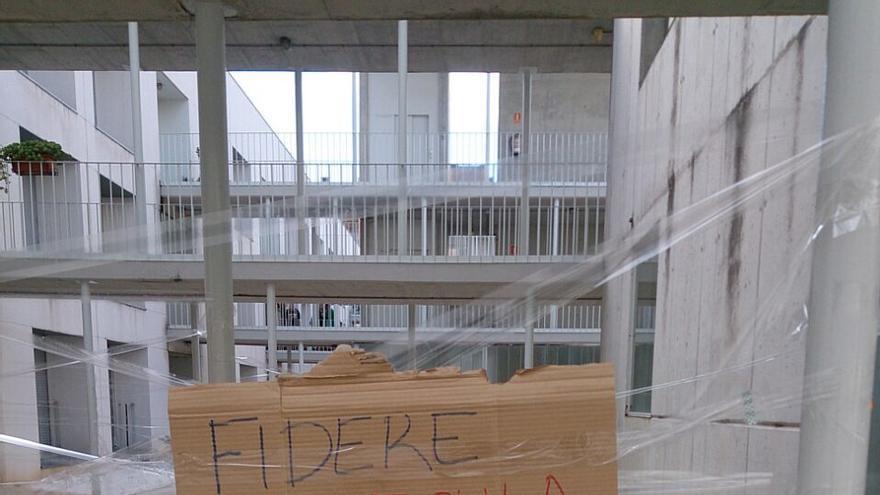 Pancartas colgadas en la urbanización de Julia y Paloma el día de su desahucio. \ C.