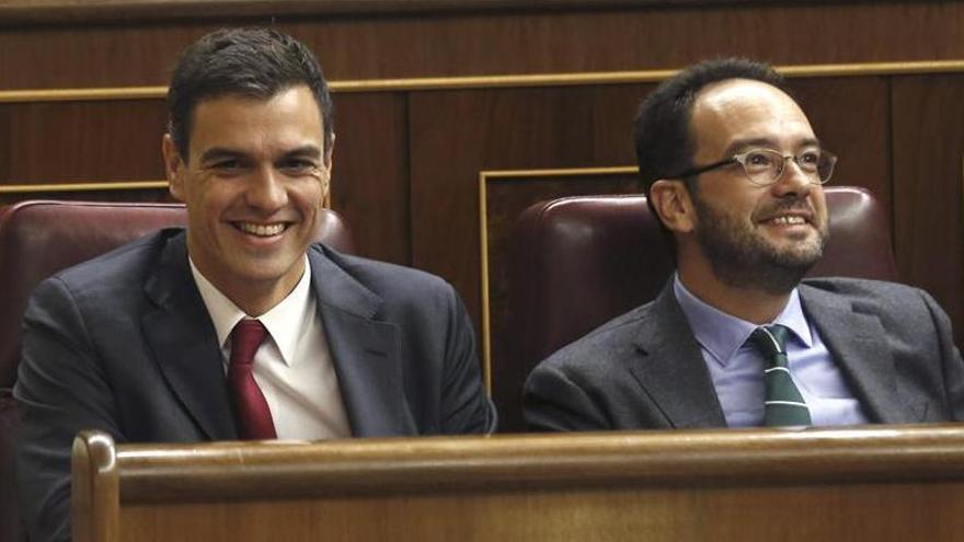 Pedro Sánchez y Antonio Hernando durante una sesión del Congreso.