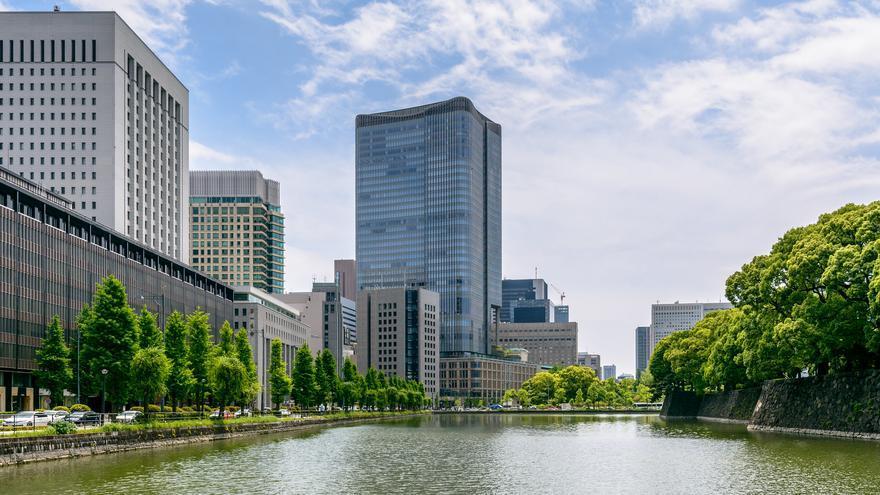 Los antiguos muros del Palacio Imperial miran a los rascacielos. Esta es una de las señas de identidad de Tokio. dconvertini