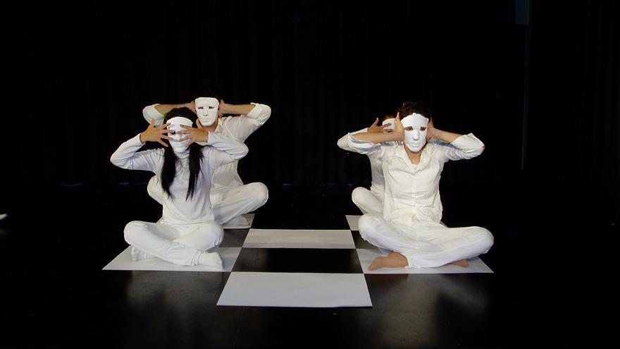 La representación de 'Jaque a la reina' surgió como una manera de limpiar diversos miedos y temores ocultos en el alma de los actores y actrices de la compañía / http://cialosshespirs.wordpress.com/espectaculos-en-gira/