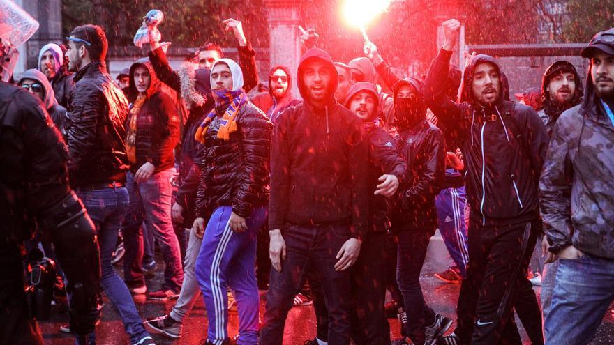 Aficionados ultras del Olympique de Marsella, en las inmediaciones del estadio de San Mamés antes del partido del partido de vuelta de octavos de final de la Liga Europa que el Athletic de Bilbao y Olympique de Marsella