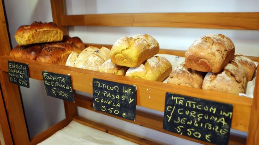 Expositor de pan ecológico en el mercado de valleseco. (Alejandro Ramos).