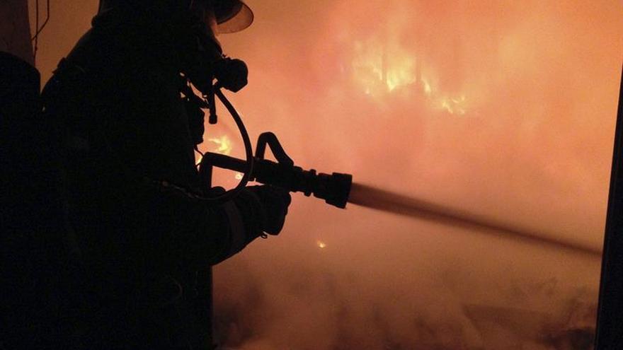Un incendio arrasa por completo una fábrica de colchones en Yecla (Murcia)