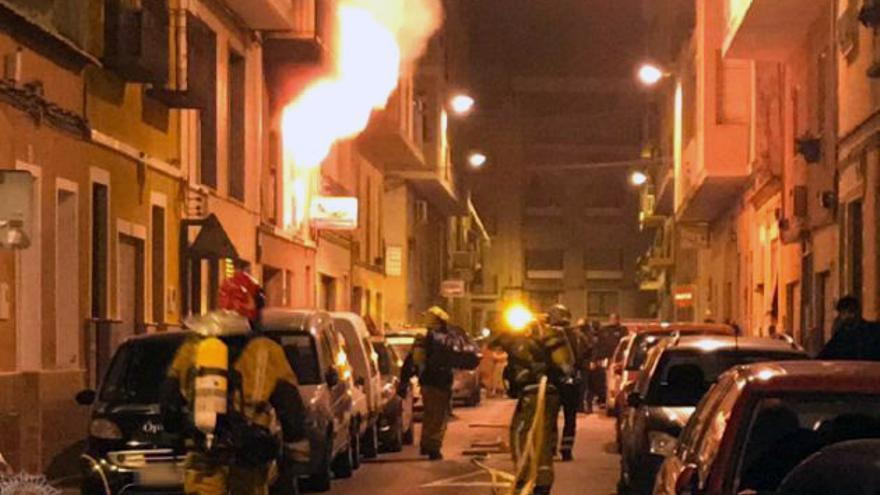 Efectivos de bomberos actúan en las tareas de extinción del incendio de la vivienda en Elche