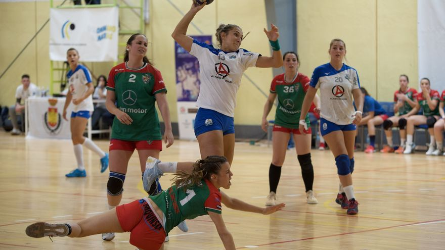 Las jugadoras insulares tratando de anotar un gol en el partido decisivo